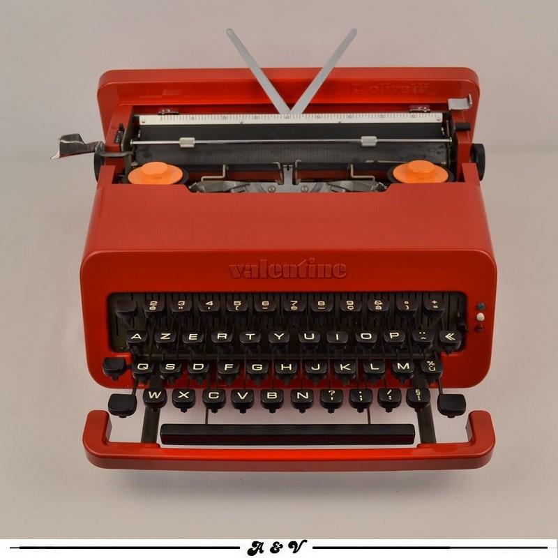 """Machine à écrire Olivetti """"Valentine S"""" par Ettore Sottsass - 1960s"""