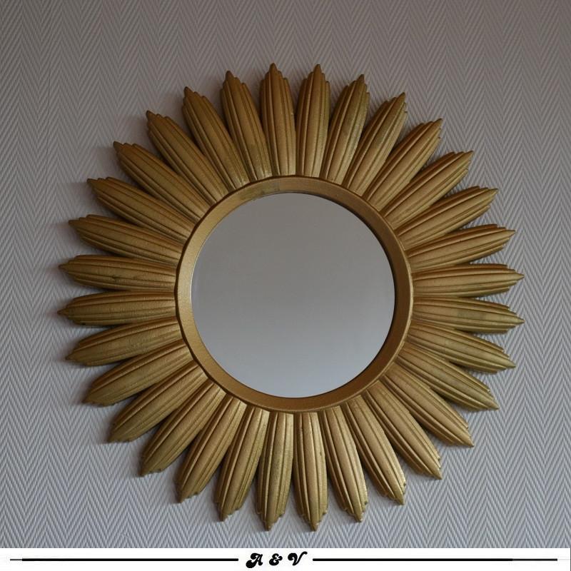 Miroir soleil doré en résine 1970